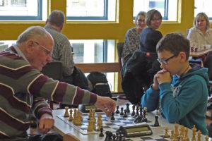 Alfred Schlya spielt Schach